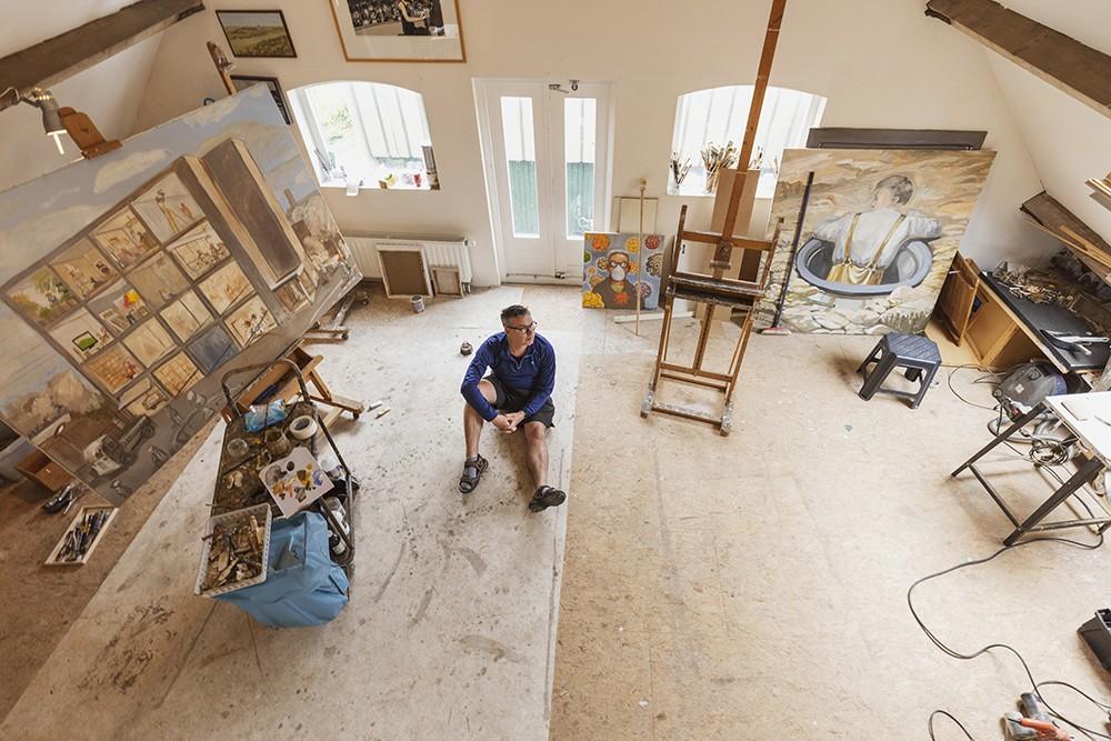 Barthel Brussee, beeldend kunstenaar in zijn atelier aan de Zijldijk in Warmond