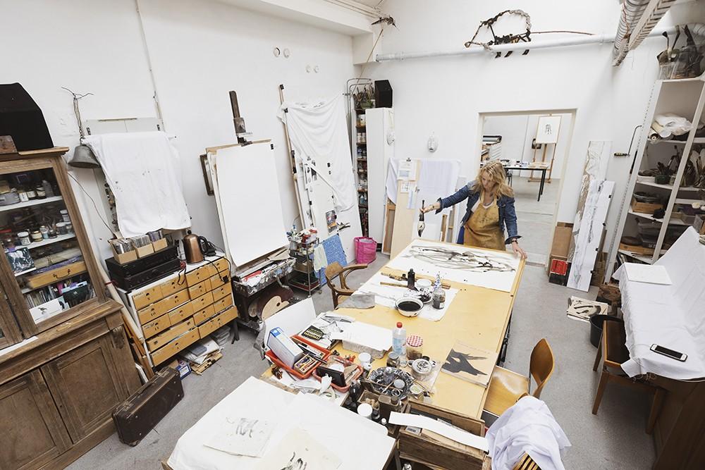 Saskia Masselink, beeldend kunstenaar, in haar atelier aan de Zandstraat in Leiden