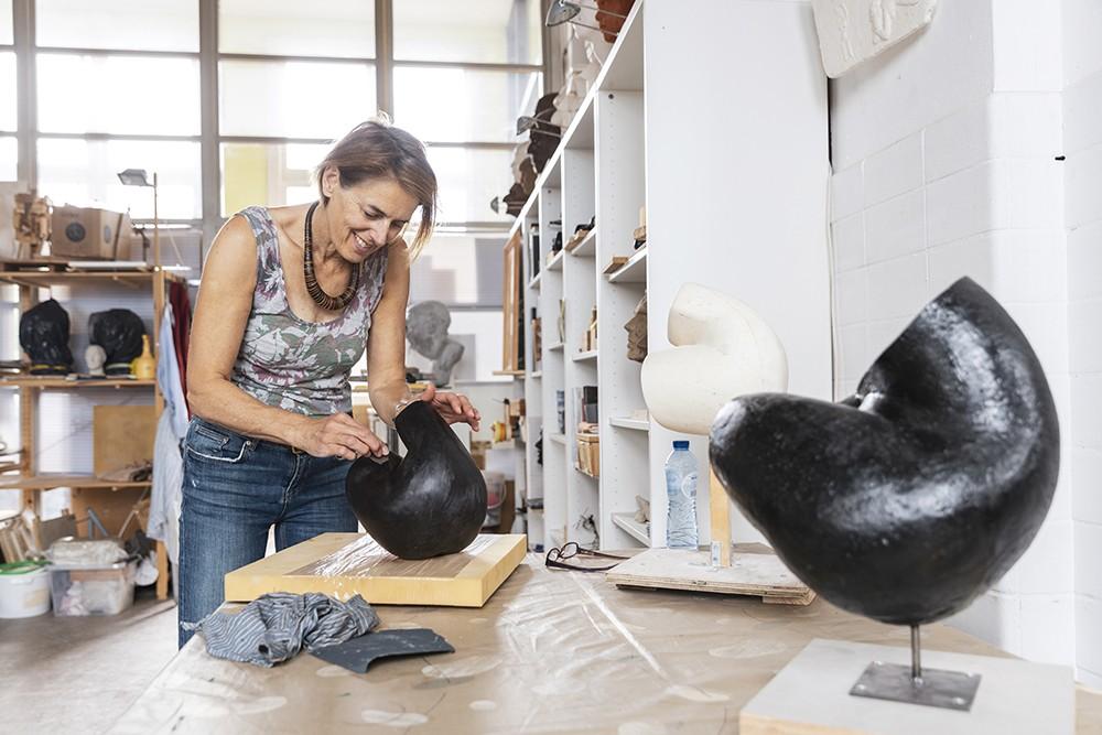 Mirèse Mudde, beeldhouwer, op haar atelier aan de Haagweg in Leiden
