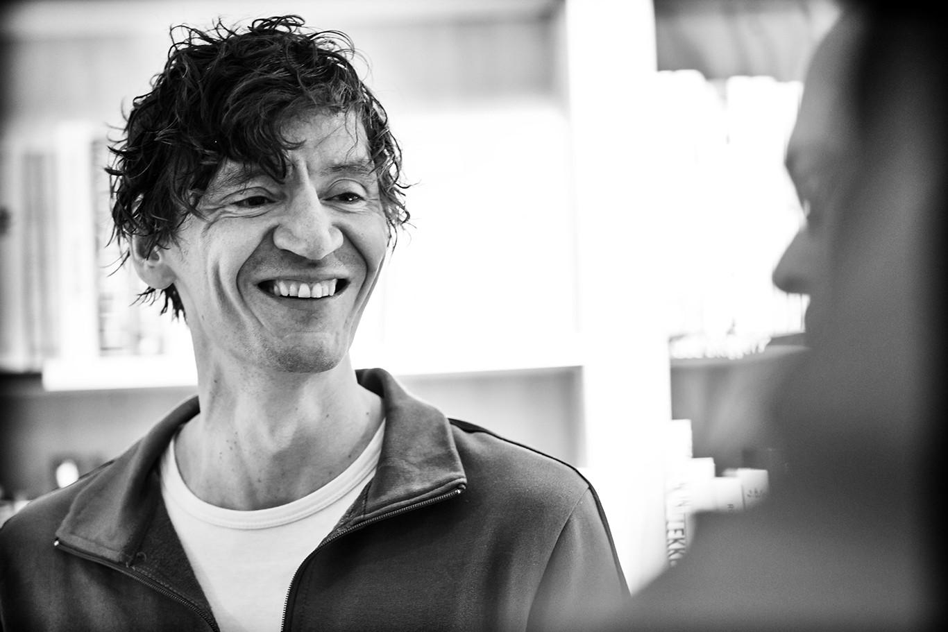 Peter Buwalda signeert bij boekhandel Kooijker in Leiden zijn nieuwe roman Otmars zonen