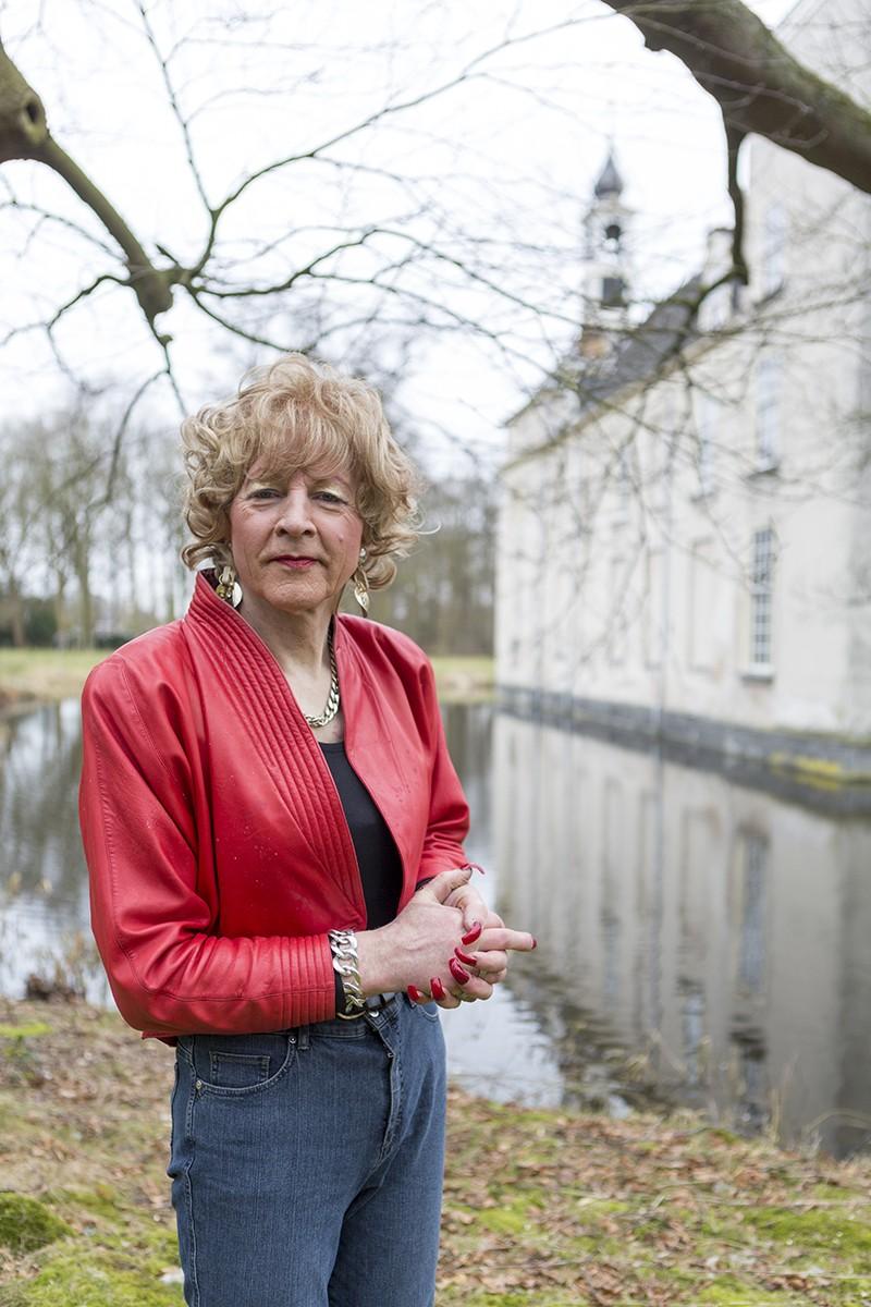 Maarten 't Hart is schrijver maar is ook wel eens Maartje 't Hart, zijn vrouwelijke alter ego
